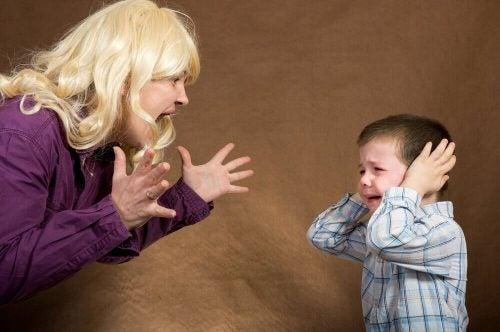Mor, der råber af sit barn