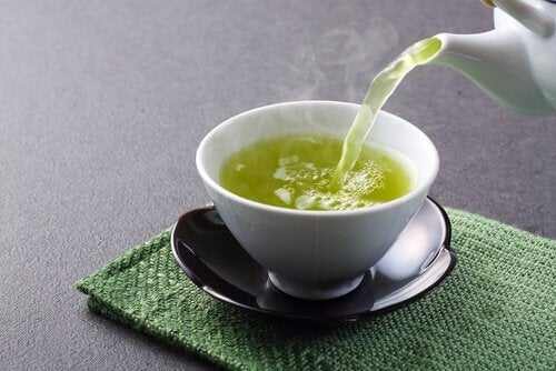Te bliver hældt op i krus.