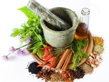 Der findes en række naturlige midler, der kan hjælpe med at behandle halitose på en effektiv måde.