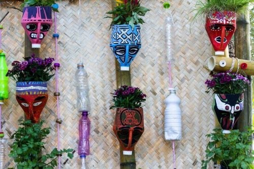 Vertikal have af plastikflasker - lav smukke urtepotter