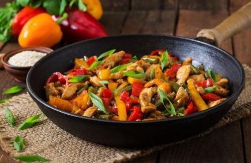 Lækker ret med kylling og grøntsager