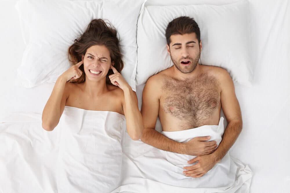 Sådan kan du stoppe din snorken med fem naturmidler