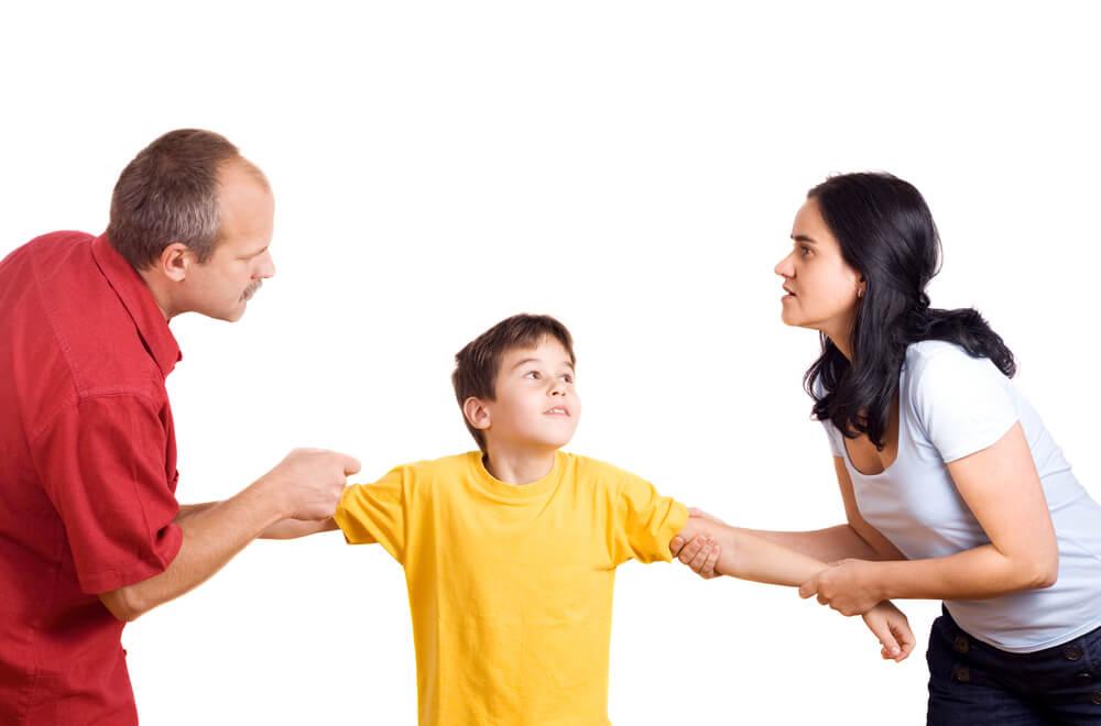 Mand og kvinde trækker i barn.