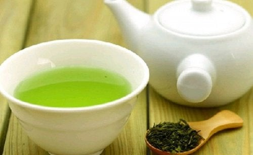 Grøn te i hvidt porcelæn.