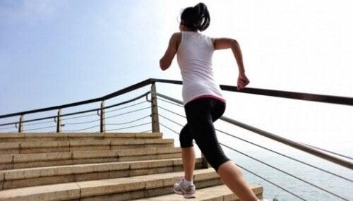 Kvinde løber op ad trapper.