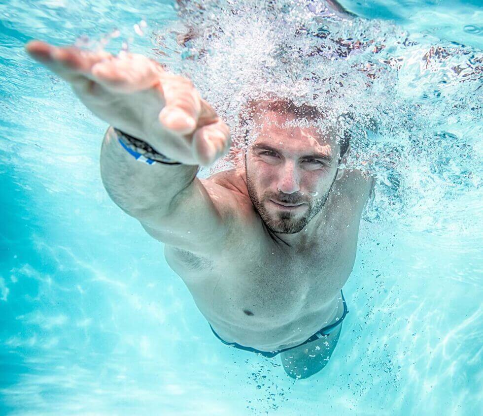 Mand der svømmer.