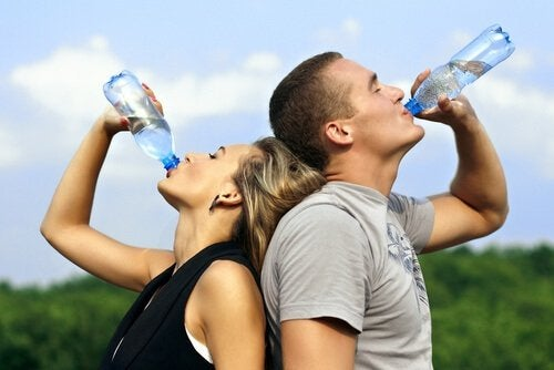 Par drikker vand af flaske