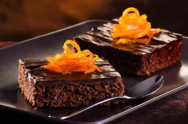 Bag en lækker chokolade kage med appelsin