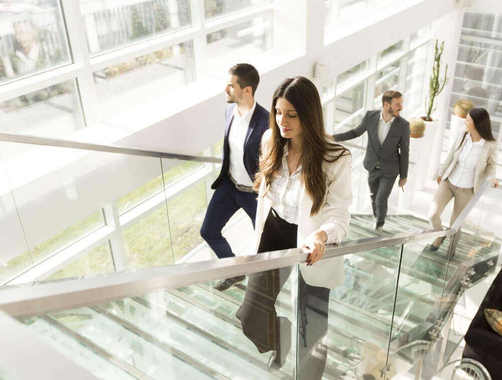 Kontormedarbejdere, der tager trappen