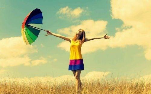 Kvinde med farverig paraply