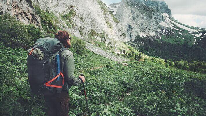 Mand på vandretur.