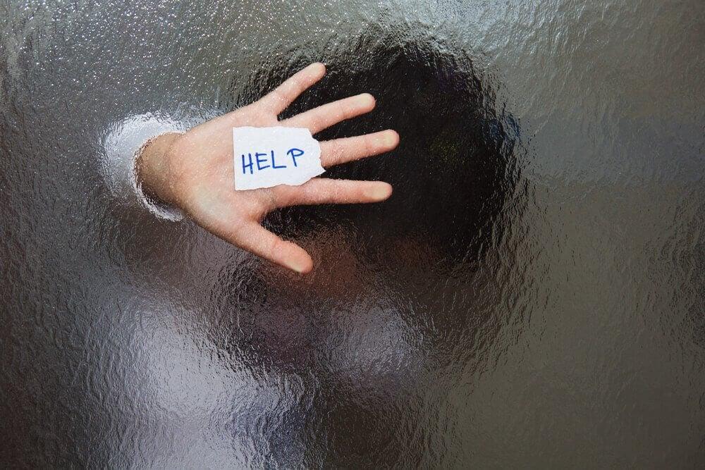 hånd og råb om hjælp