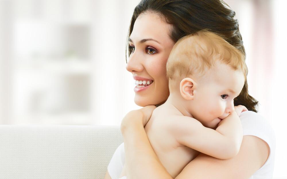 mor med hendes nyfødte baby