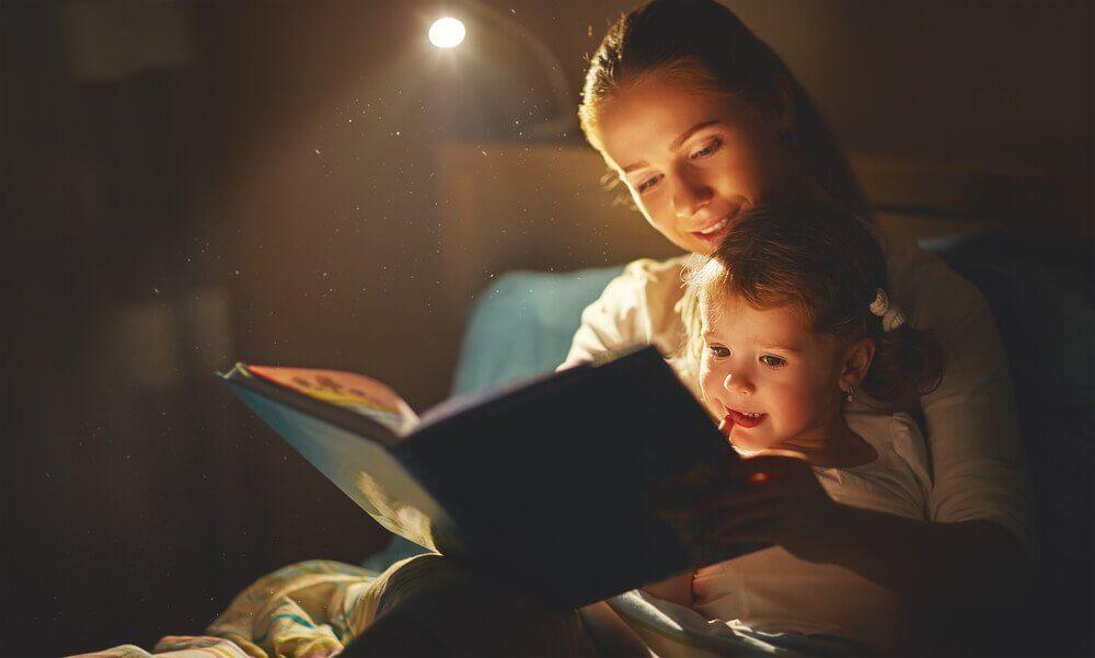 Mor læser for sit barn.