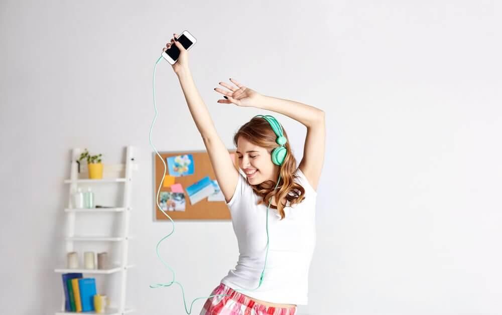Pige danser alene.