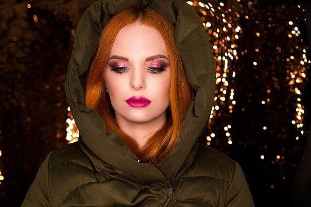 Smuk kvinde med rødt hår.