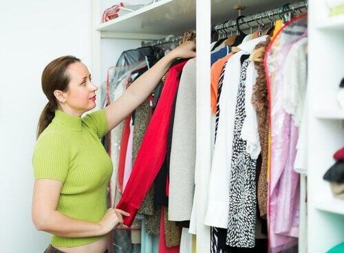 Ti praktiske fif til at organisere dit tøjskab
