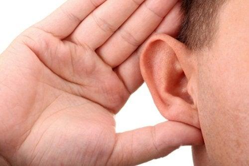 Mand lytter
