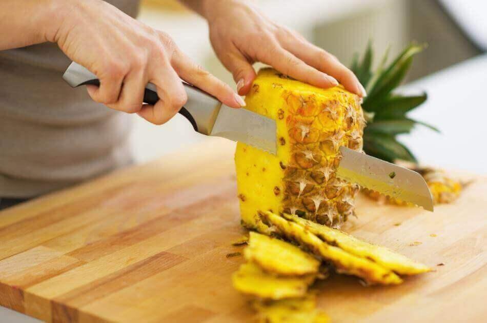 Ananas bliver skåret ud
