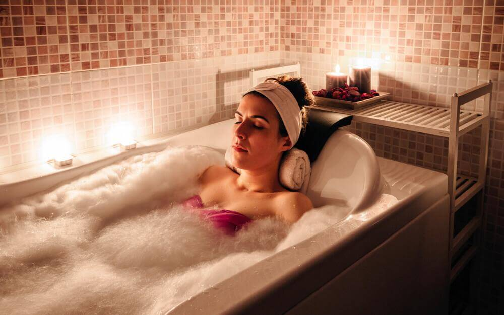 Kvinde ligger i badekar