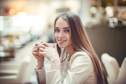Kvinde drikker af kop