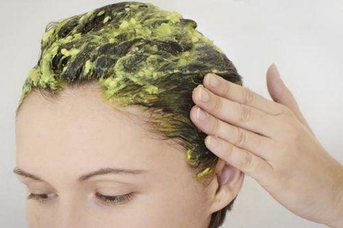 Kvinde med æg i håret