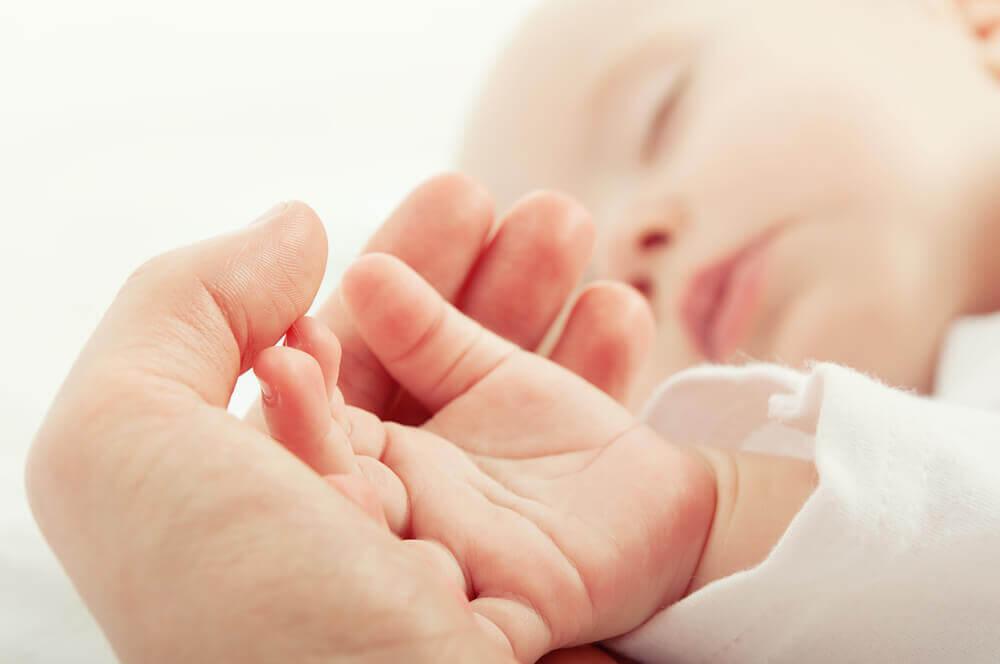 Lille baby hånd