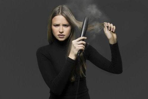 4 måder at glatte dit hår naturligt på uden et glattejern