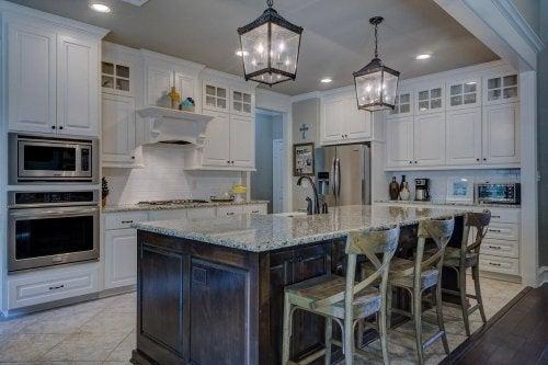 Fem grønne rengøringsmidler til affedtning af køkkenmøbler