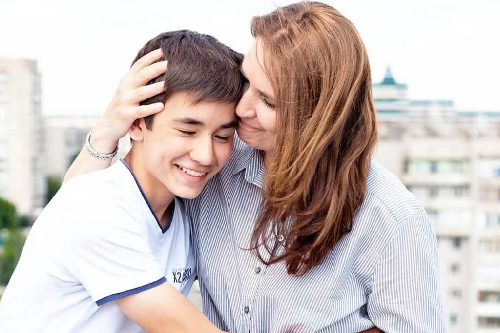 Mor støtter sin søn