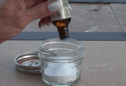 Affedtning af køkkenmøbler med bagepulver og tea tree olie
