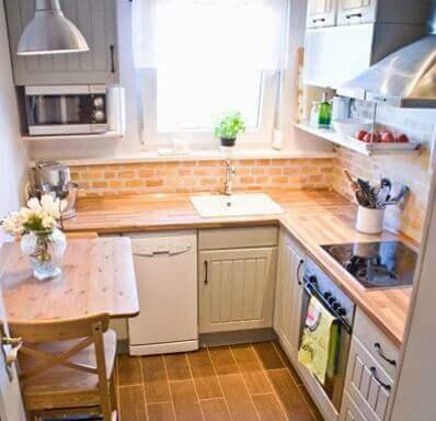Et godt oplyst lille køkken