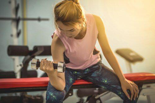 Kvinde laver motion