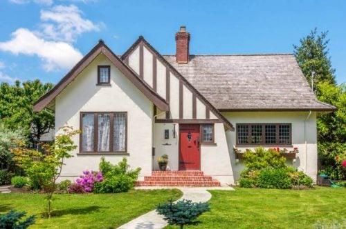Et hus med have og gangbro