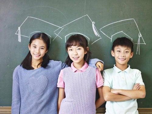 japanske børn smiler fordi de ikke oplever mobning i skolen