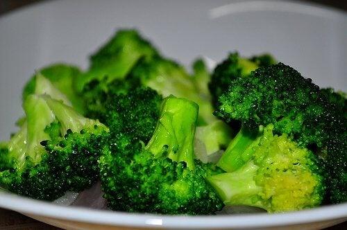 Kogt broccoli til broccoli-ostebolde