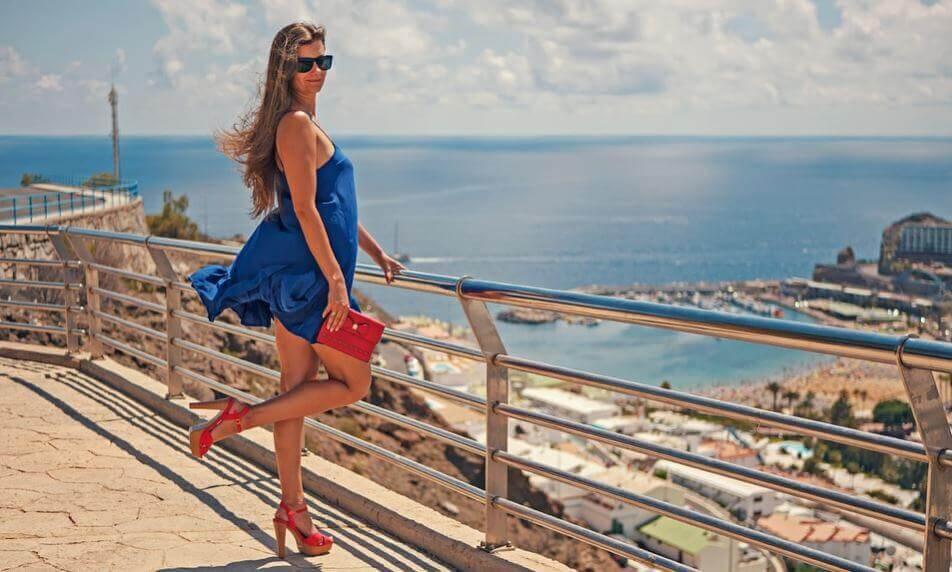 Kvinde med den rigtige kjole og rigtige sko på.