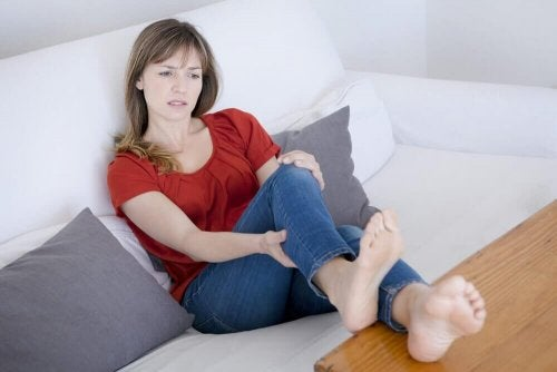 kvinde bevæger benene
