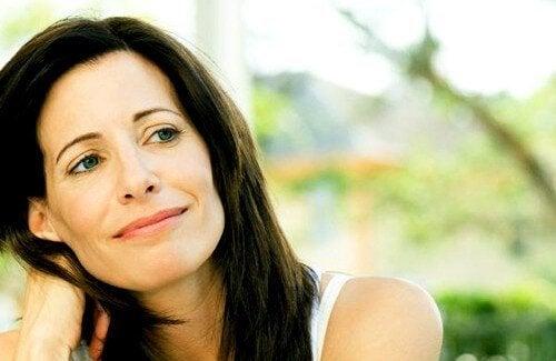 kvinde lærer mere om sig selv gennem overgangsalderen