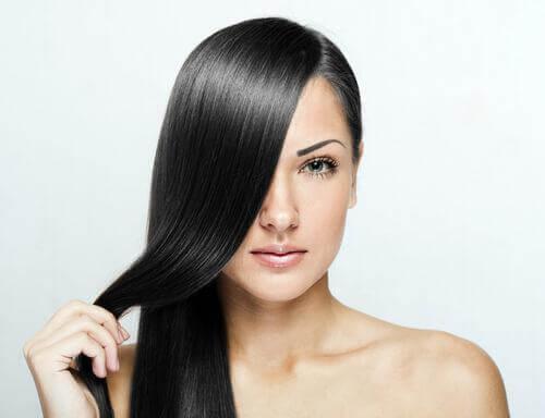 Sådan kan du glatte dit hår naturligt