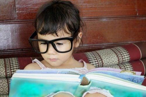 Lille pige der laeser en bog