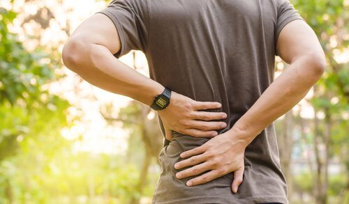 En mand, der lider af rygsmerter