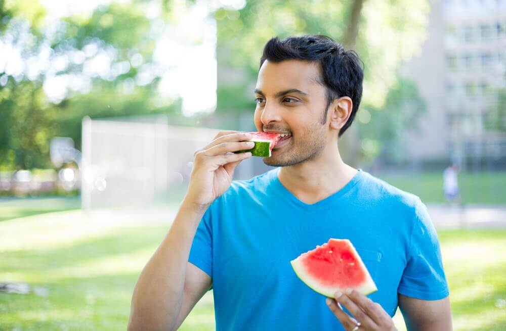 mand spiser vandmelon