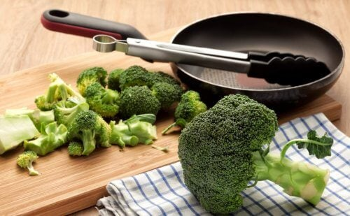 Hakkede broccoli ved siden af en pande