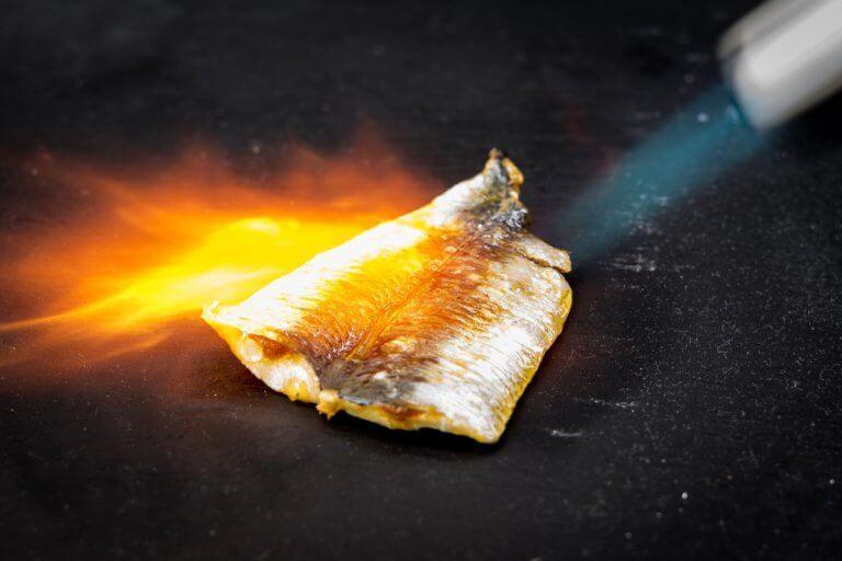 Du kan bruge en gasbrænder til at lave fiskegratin