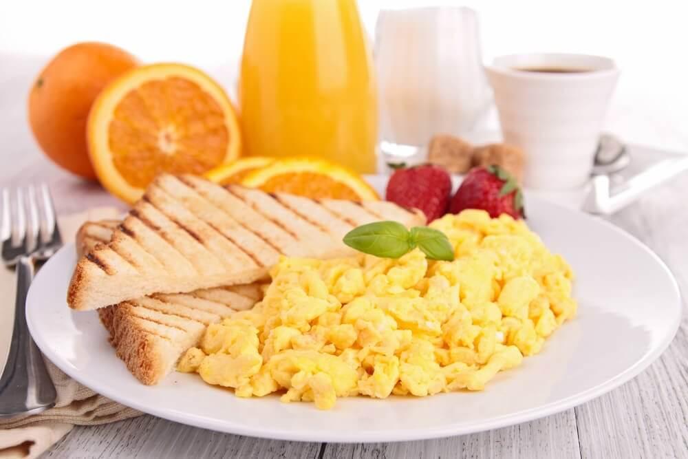 En sund morgenmad med æg, som er et af de gode tips til at slanke sig
