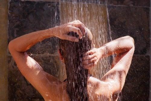 tag et koldt brusebad