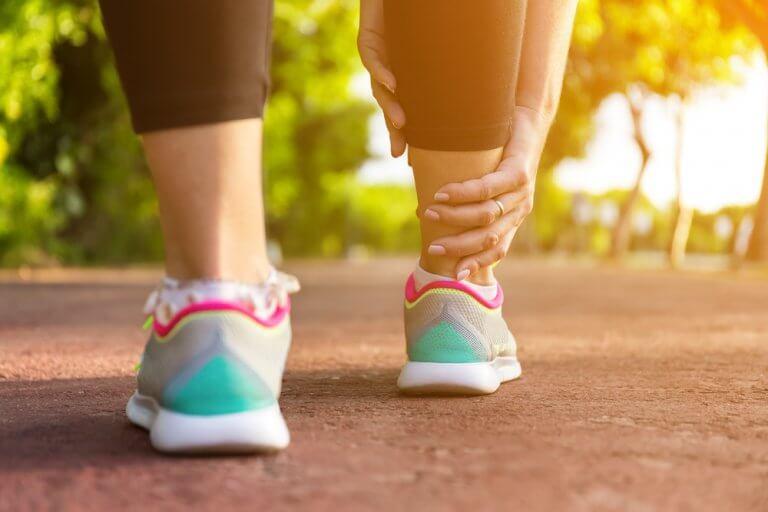 Hævede ben: 5 hjemmemidler til at lindre dem