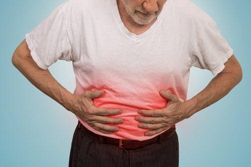 Mand har ondt i maven