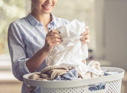 Fem naturlige metoder til at fjerne svedpletter fra tøjet